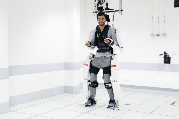Tetraplegic man walks in brain-linked exoskeleton